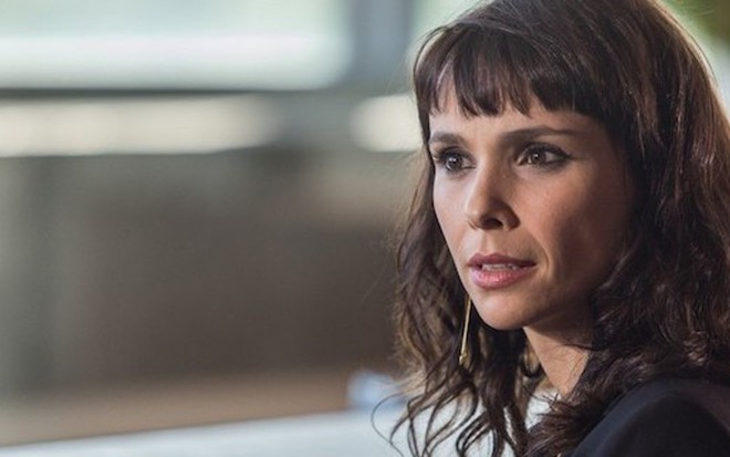 Irene (Débora Falabella) em cena; personagem revelará que se chama Solange Lima  - Artur Meninea/TV Globo