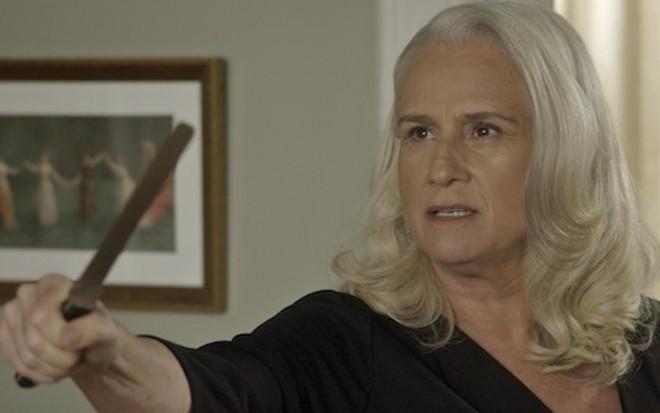 Magnólia (Vera Holtz) na cena em que ameaçou ex-amante com faca na novela das nove  - Reprodução/TV Globo