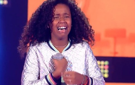 Karen Silva chora ao ser aprovada por Carlinhos Brown no The Voice Kids