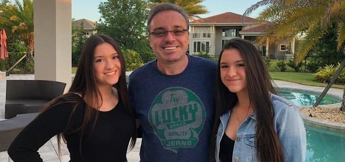 As gêmeas Marina e Sofia ao lado de Gugu Liberato em condomínio de luxo