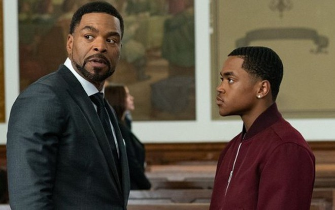 Dentro de um tribunal, Method Man e Michael Rainey Jr. conversam durante a estreia de Power Book 2: Ghost