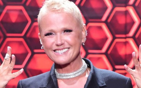 Xuxa Meneghel no cenário do reality show The Four