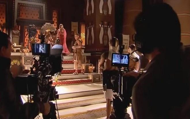 Cinegrafistas em gravação de Os Dez Mandamentos; funcionários da novela foram demitidos - Fotos: Reprodução/Record