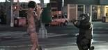 Ainda assustada e completamente nua, a personagem de Jaimie Alexander é abordada por um policial