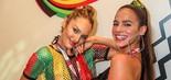 A modelo Candice Swanepoel se divertiu na folia baiana com Bruna Marquezine (Ulisses Dumas/Divulgação)