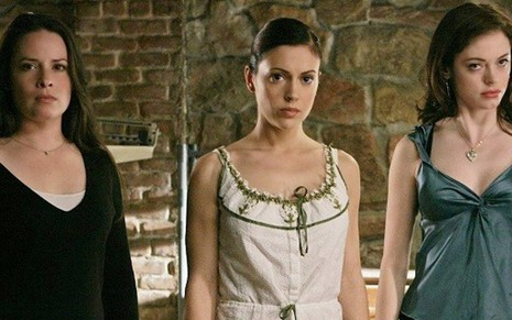 Holly Marie Combs (à esq.), Alyssa Milano e Rose McGowan na série Charmed - Divulgação/The WB