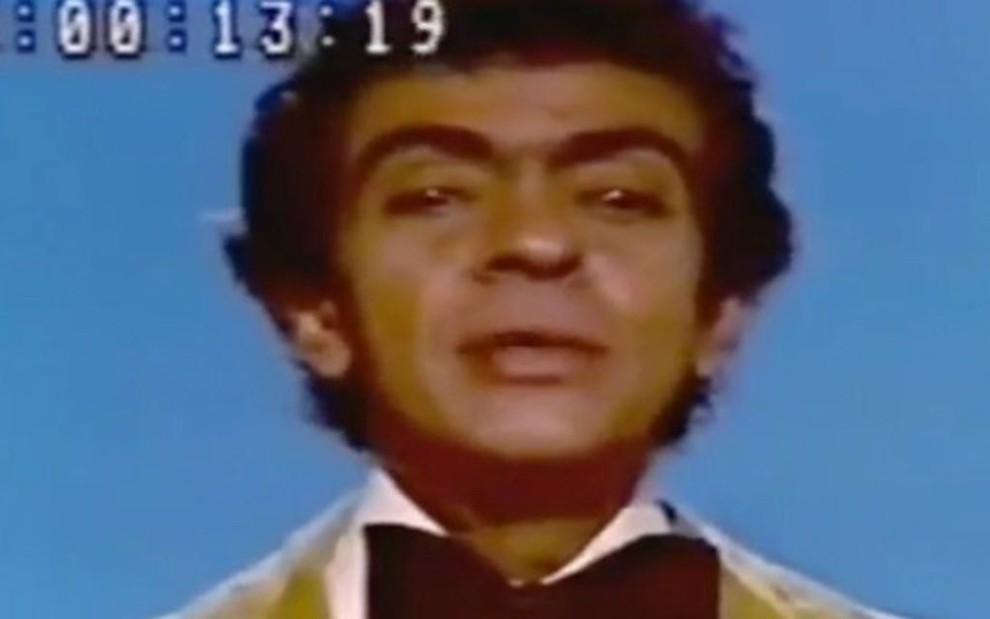 Chico Anysio conta piada no Fantástico, em 1974; humorista estreou com stand up na TV em 1971 - Reprodução/TV Globo