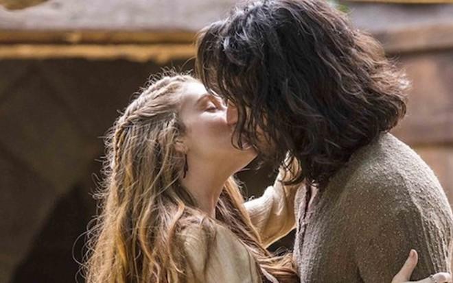 Amália (Marina Ruy Barbosa) e Afonso (Rômulo Estrela) vão se beijar na quinta-feira (11) - João Miguel Jr/TV Globo