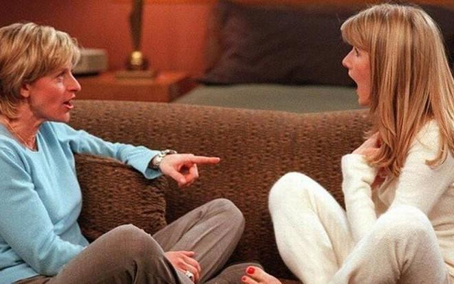 Ellen DeGeneres (à esq.) com Laura Dern em episódio histórico da comédia Ellen, em 1997 - Divulgação/ABC