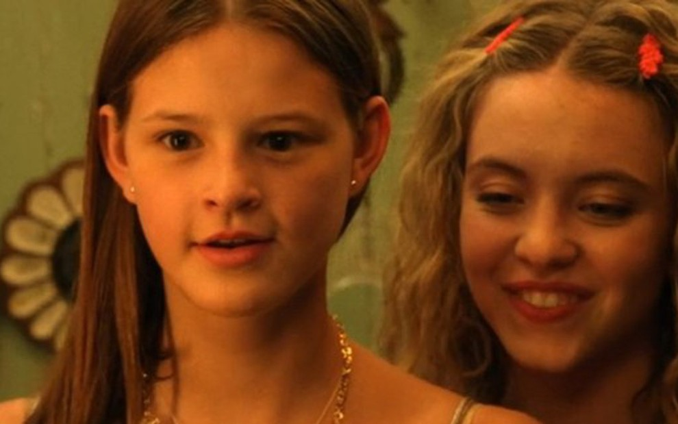As atrizes Peyton Kennedy (à esq.) e Sydney Sweeney na única temporada de Everything Sucks! - Reprodução/Netflix