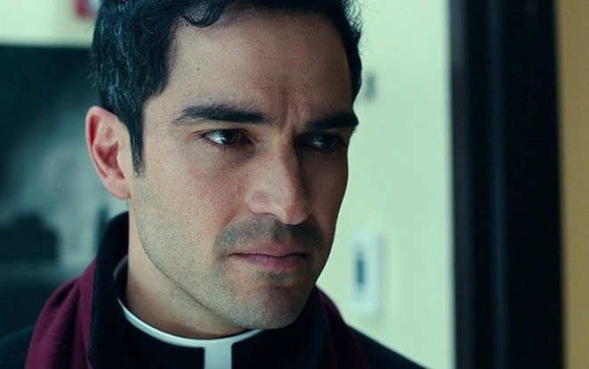O ator mexicano Alfonso Herrera, de Sense8 e ex-Rebelde, em cena da série O Exorcista - Reprodução/Fox
