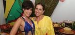Fernanda Paes Leme posa com Flora Gil no sábado (2) no camarote Expresso 2222, em Salvador (Ulisses Dumas/Divulgação)