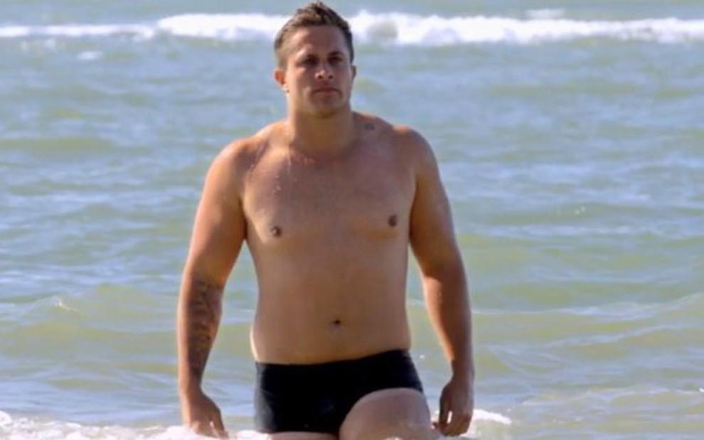 Gabriel Romano saiu do mar para entrar no De Férias com o Ex: Celebs e foi criticado por sua forma física - REPRODUÇÃO/MTV