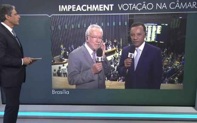 William Bonner conversa com Alexandre Garcia e Heraldo Pereira antes da votação - Reprodução/TV Globo