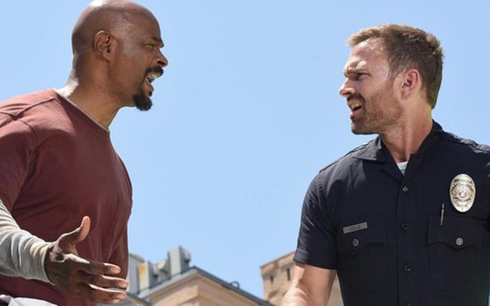 Os atores Damon Wayans e Seann William Scott em imagem da terceira  temporada de Máquina Mortífera 5fe9760f53bfc