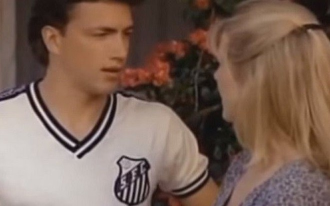 Andrew Shue veste a camisa do Santos, ao lado de Courtney Thorne-Smith, em Melrose Place - Fotos: Divulgação/Fox