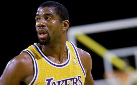 O armador Earvin 'Magic' Johnson durante jogo do Los Angeles Lakers na NBA dos anos 1980 - Divulgação/NBA