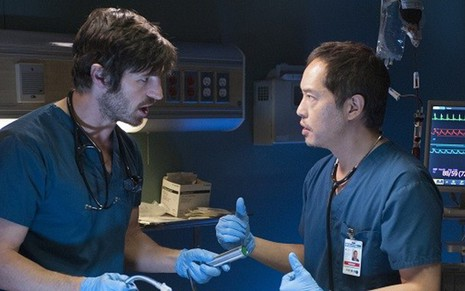 Os atores Eoin Macken (à esq.) e Ken Leung no drama hospitalar The Night Shift - Divulgação/NBC