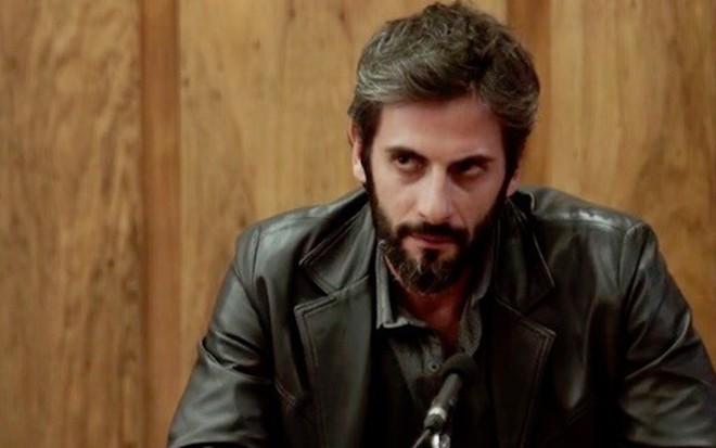 Vinícius (Flávio Tolezani) será esfaqueado por outro preso no capítulo de 21 de fevereiro - Fotos Reprodução/TV Globo