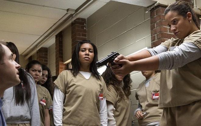 A atriz Dascha Polanco (à dir) aponta arma para Michael Torpey na 5ª temporada de Orange - Fotos: Divulgação/Netflix