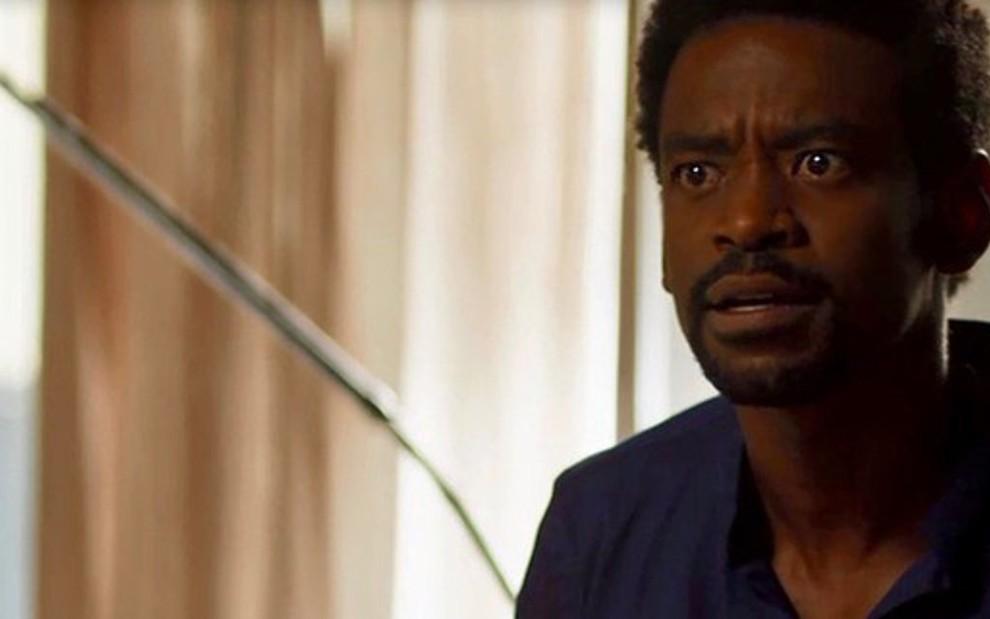 Em Segundo Sol, Roberval é humilhado pelo pai racista: 'Negrinho