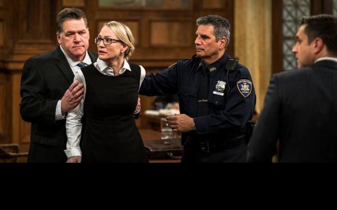 Personagem de Sarah Wynter é detida por policial em julgamento do episódio 400 de SVU - Imagens: Divulgação/NBC