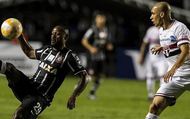 Vagner Love, do Corinthians, e Dória, do São Paulo, em duelo pela Libertadores de 2015 - Daniel Augusto Jr./Agência Corinthians