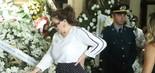 Viúva de Wagner Montes, a atriz Sonia Lima se despede do apresentador (foto: Daniel Pinheiro/AgNews)