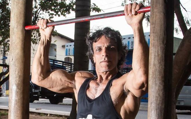 Victor Wagner se exercita em praça perto de sua casa, em Itaim Paulista, na zona leste de SP - Vanessa Carvalho/Notícias da TV
