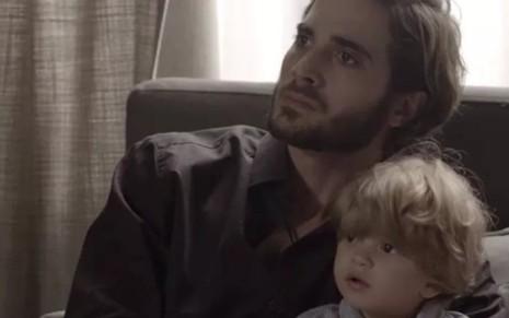Ruy (Fiuk) se recusará a entregar Ruyzinho (Lorenzo Souza) em cena de A Força do Querer - Reprodução/TV Globo