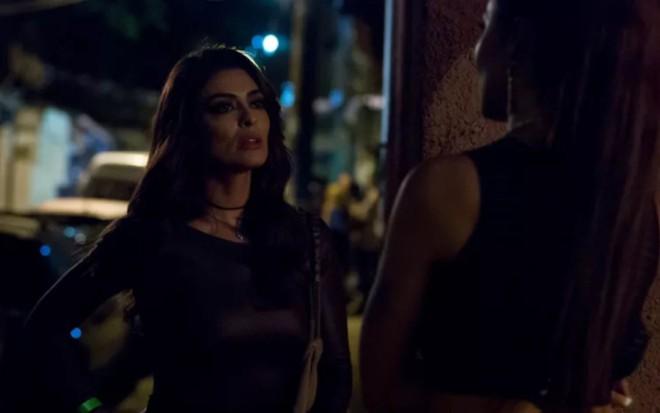 Bibi (Juliana Paes) e Alessia (Hylka Maria) se conhecem em festa no morro na trama das nove - Anderson Barros/TV Globo