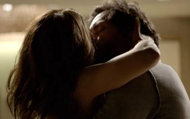 Bibi (Juliana Paes) e Caio (Rodrigo Lombardi) se beijam em cena de A Força do Querer - Reprodução/TV Globo