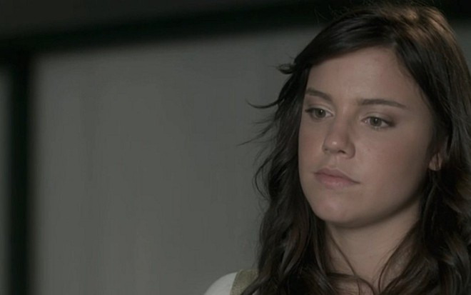 51a0c65041 Alice Wegmann (Marina) em cena de A Lei do Amor  massagista se irritará