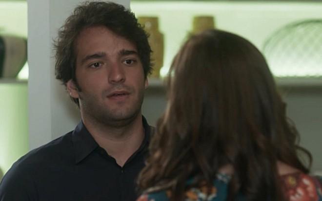 Humberto Carrão e Alice Wegmann em A Lei do Amor; Tiago invadirá o quarto de Marina - Reprodução/TV Globo