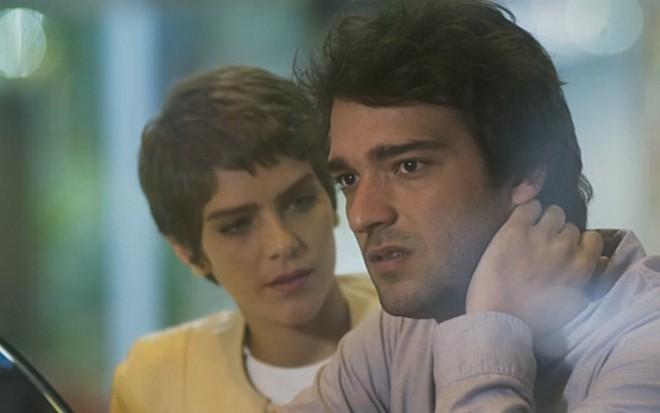 d6f3115082 Letícia (Isabella Santoni) dá apoio a Tiago (Humberto Carrão) em cena de