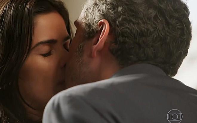 Toia (Vanessa Gi�como) beija Romero (Alexandre Nero) em cena de A Regra do Jogo - Reprodu��o/TV Globo