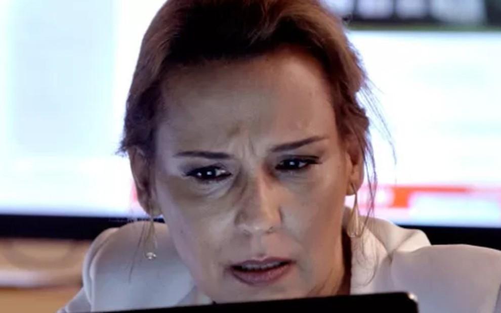 ba950d64c2ae9 Emília (Ana Beatriz Nogueira) fica passada ao ver a foto da mãe em Além
