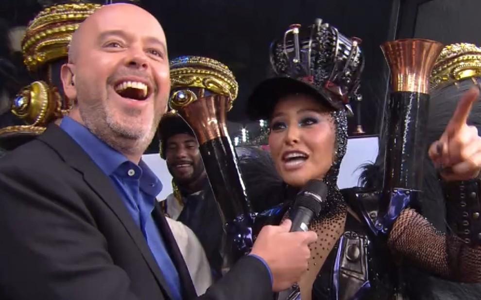 Sabrina Sato conversa com Alex Escobar após o desfile da Vila Isabel no Carnaval carioca - Reprodução/TV Globo