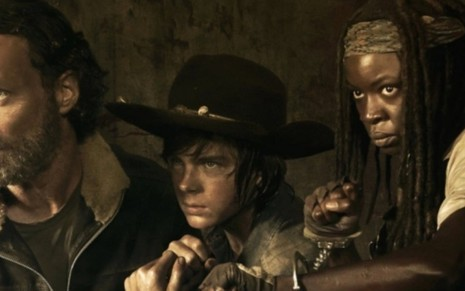 Os atores Andrew Lincoln, Chandler Riggs e Danai Gurira em cena de The Walking Dead