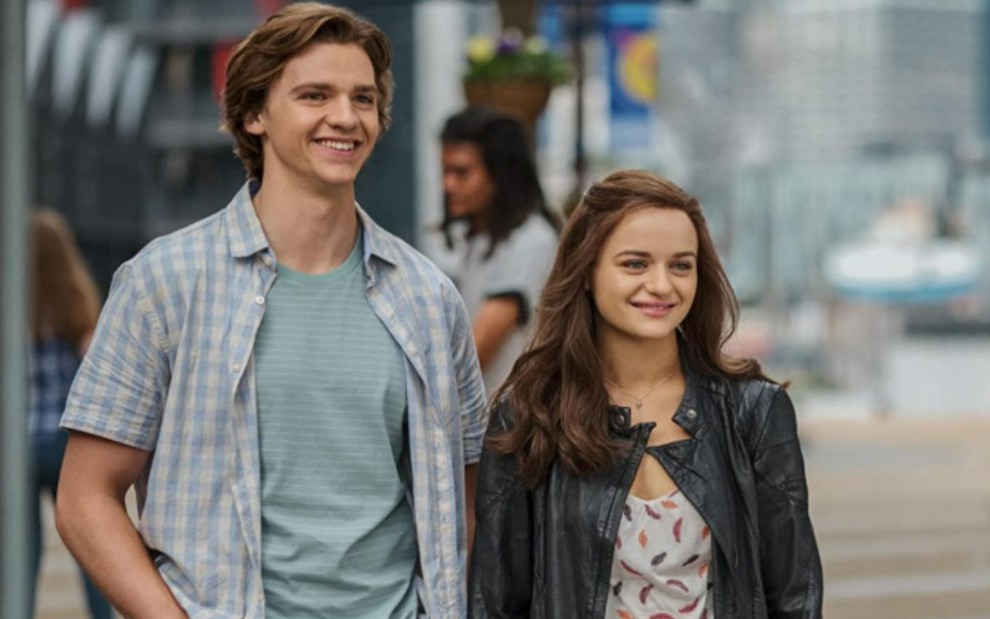 Joel Courtney e Joey King aparecem sorrindo em cena do filme A Barraca do Beijo 2