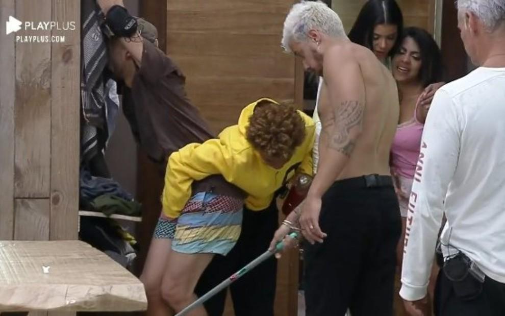 Momento em que Lidi Lisboa apertou a genitália de Lucas Selfie em A Fazenda