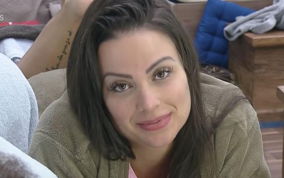 Imagem de Victória Villarim deitada na cama em A Fazenda 12