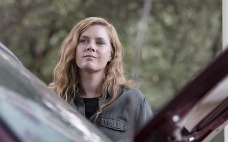 A atriz Amy Adams em cena de Sharp Object, minissérie da HBO