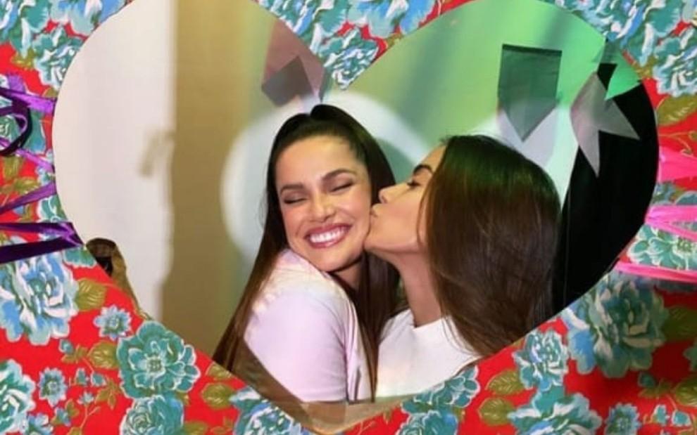 Imagem de Anitta beijando Juliette Freire em ensaio fotográfico