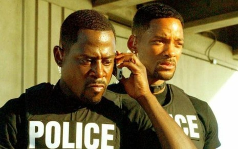 Martin Lawrence ao telefone e Will Smith em cena do filme Bad Boys 2