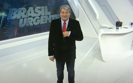 José Luiz Datena sorridente no comando do Brasil Urgente, da Band
