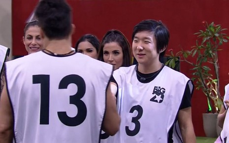 Imagem de Petrix Barbosa (de costas) e Pyong Lee no BBB20