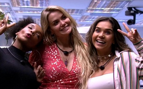 Na sala do Big Brother Brasil, Thelma de Assis, Marcela Mc Gowan e Gizelly Bicalho sorriem