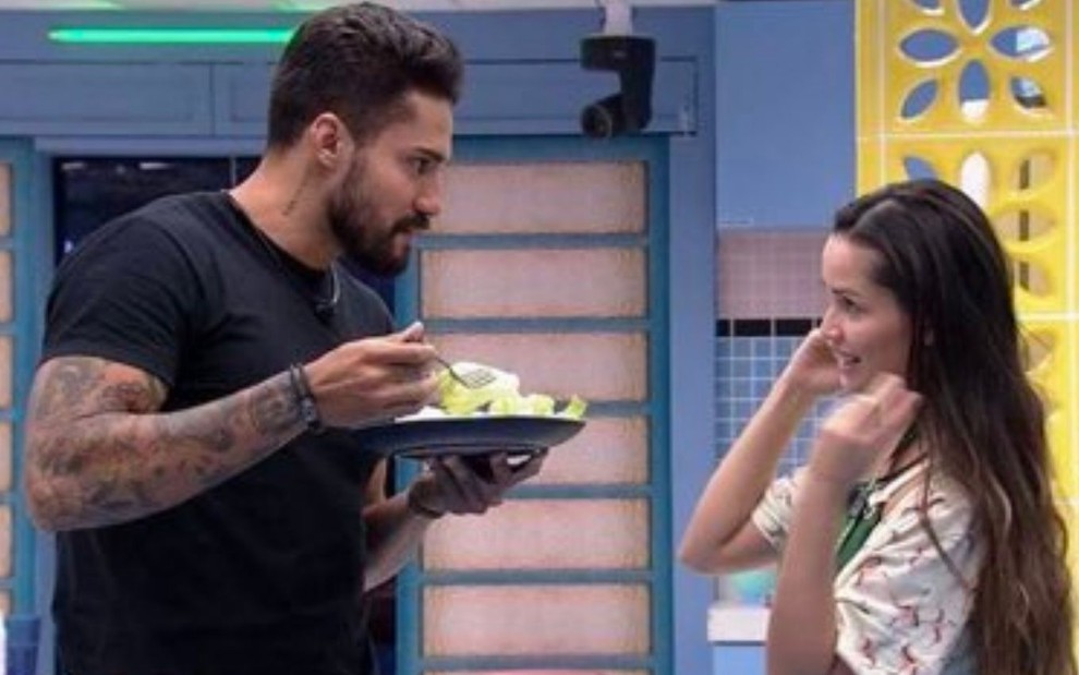 Arcrebiano Araújo, o Bil, e Juliette conversando na cozinha do BBB21