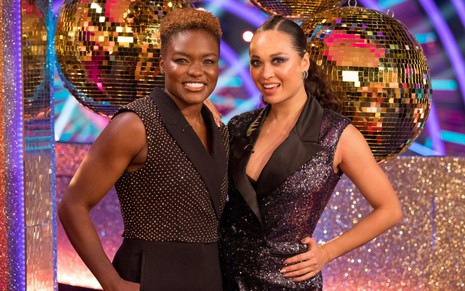 A lutadora Nicola Adams e a dançarina Katya Jones posam no cenário do Strictly Come Dancing